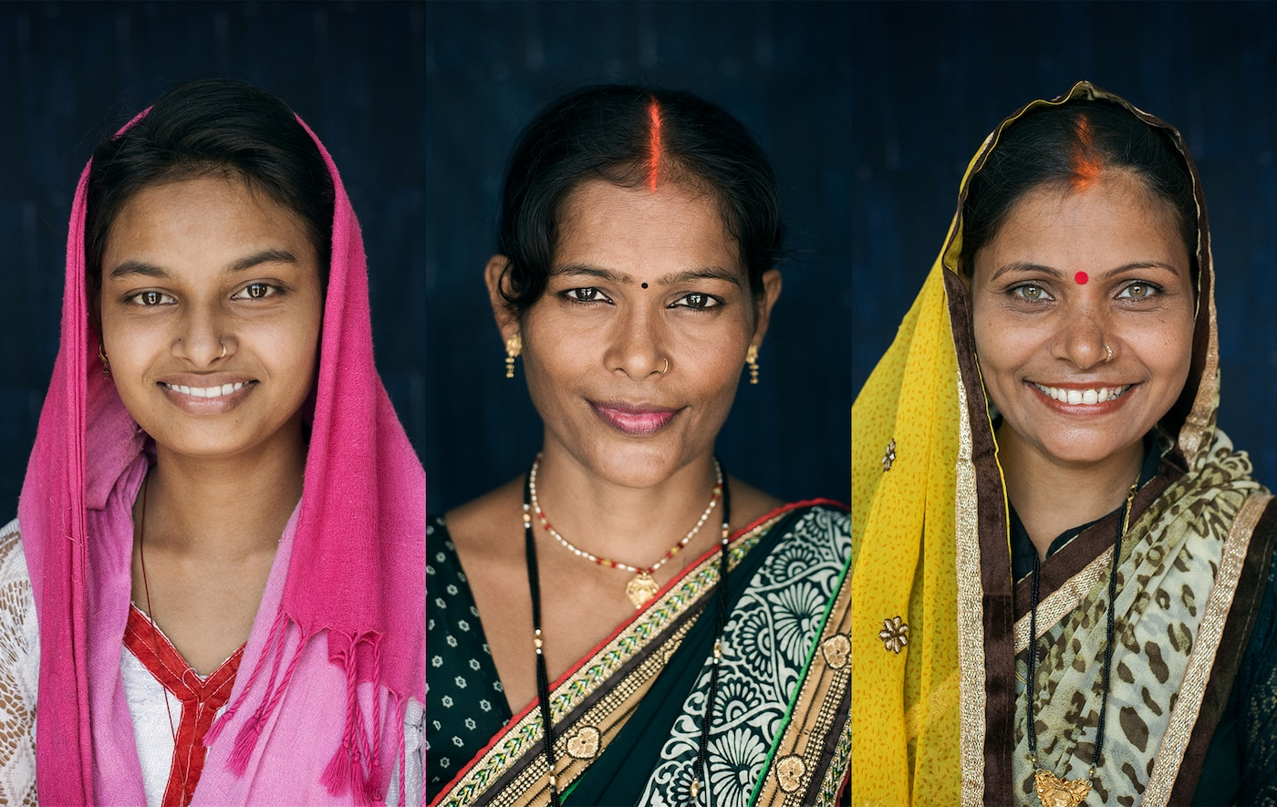 Trois femmes, le visage souriant.