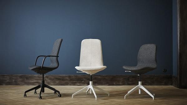 Trois modèles de chaises de bureau LÅNGFJÄLL de couleurs variées