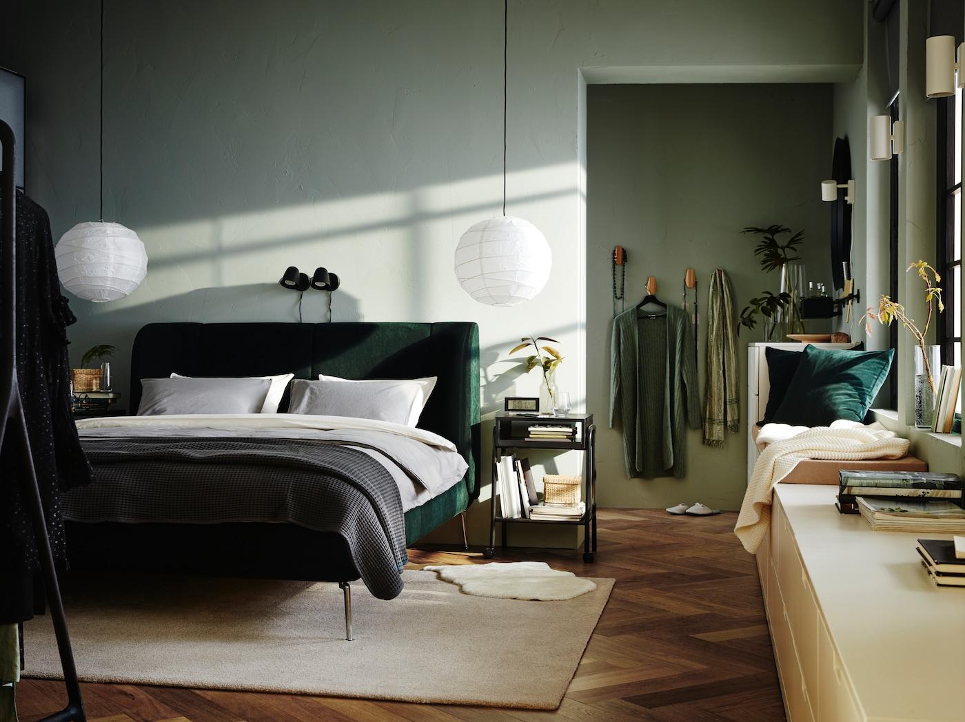 TUFJORD klädd sängstomme i grön sammet i ett ljusgrönt sovrum med hotell-känsla och inredning i vitt och beige.