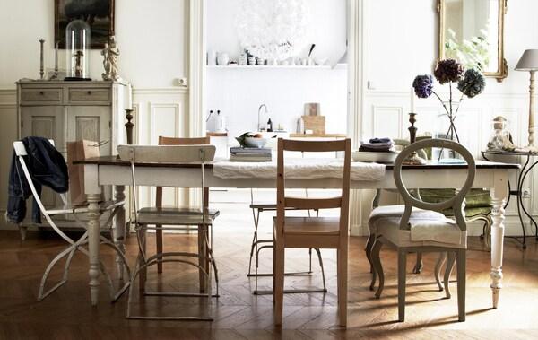تُشيع الكراسي القديمة غير المتجانسة أجواء تتسم بطابع غير رسمي، كما أنها مريحة، في منطقة تناول الطعام في منزل المصمم Hans Blomquist.