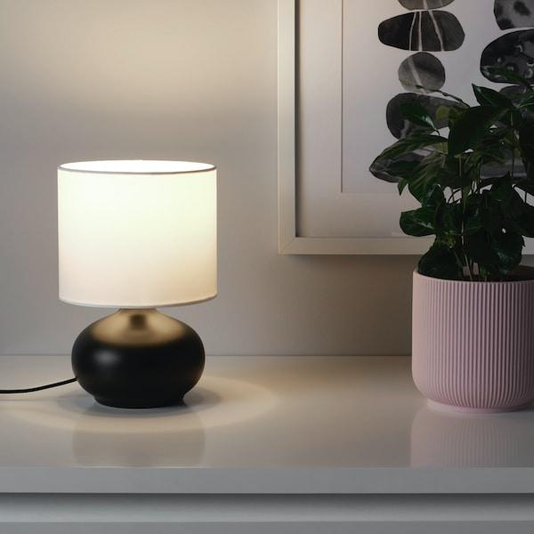 tvarfot tafellamp zwarte voet met witte kap op een kast