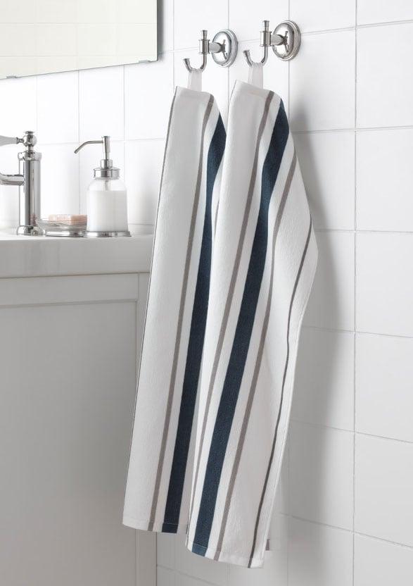 Twee handdoeken opgehangen in een badkamer