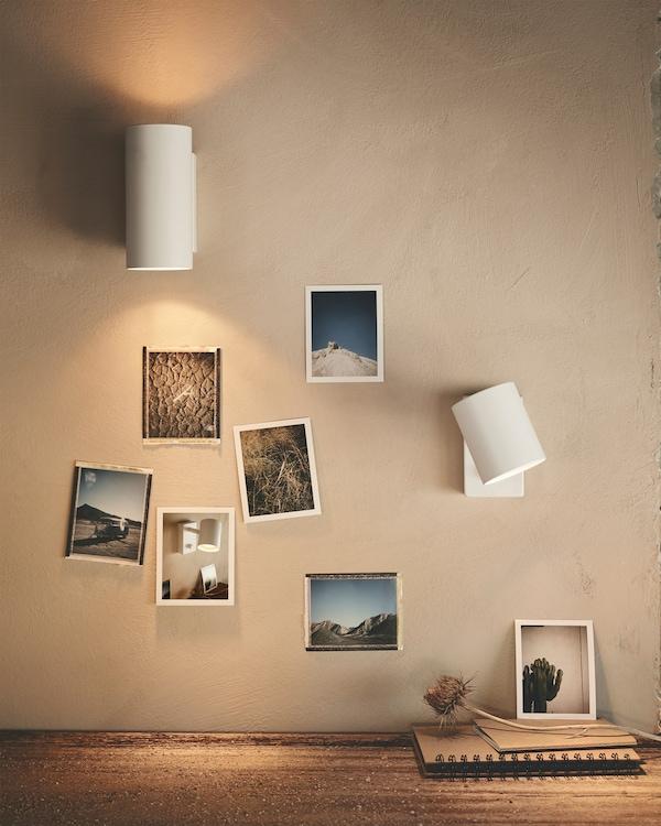 Twee NYMÅNE wandlampen gemonteerd op een beige wand, voor precies gericht licht om bij te lezen, of meer algemene en/of sfeerverlichting.