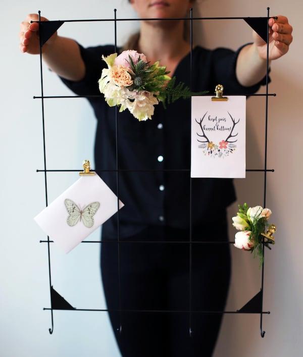Tyylikkäät kukkakoristeet aateloivat mustan muistitaulun, johon voit kiinnittää häiden ohjelman, menun tai kauneimmat kortit.