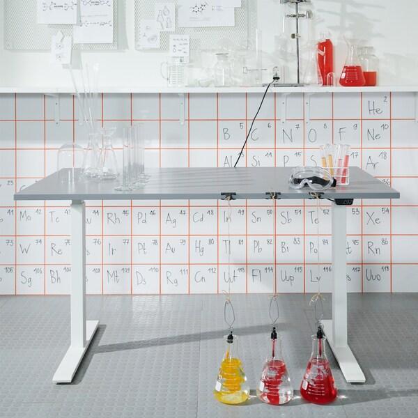 Učenje za radnim stolom za sjedenje/stajanje.