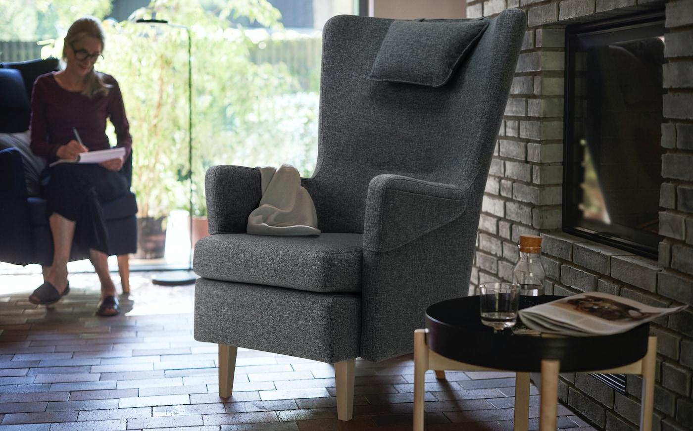 Удобное темно-серое кресло ОМТЭНКСАМ.