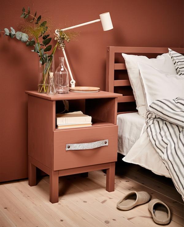 Überarbeiteter TARVA Ablagetisch in Kiefer neben einem Bett
