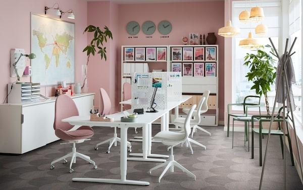 Ufficio con pareti rosa e scrivania BEKANT bianca regolabile in altezza e sedie ergonomiche HATTEFJÄLL marrone chiaro-rosa – IKEA