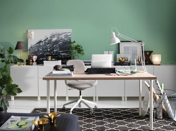 Ufficio con tavolo beige e sedia con braccioli beige con rotelle - IKEA