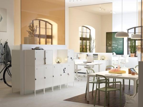 Ufficio di media grandezza, bianco e beige, con pratici mobili HÄLLAN bianchi che si chiudono con un lucchetto – IKEA