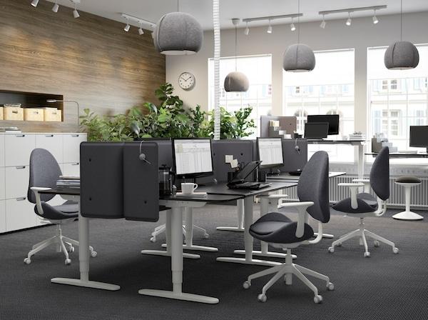 Ufficio nero e grigio con scrivania BEKANT in marrone-nero/bianco, regolabile in altezza – IKEA