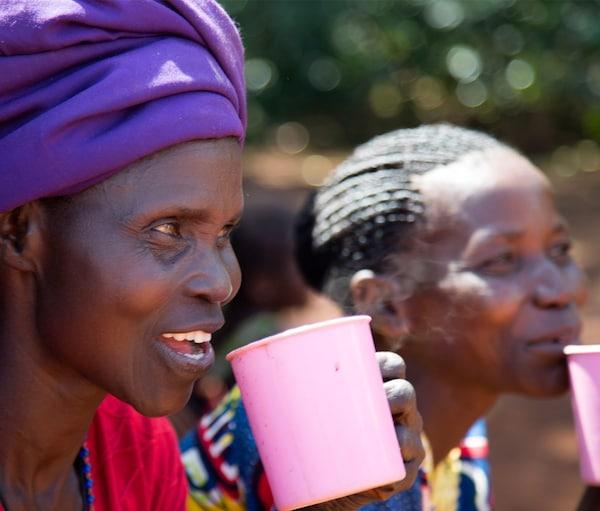 Ugandako Nilo Blancoko kafe-proiektuko bi langile, atsedenaldi batean kafea hartuz.