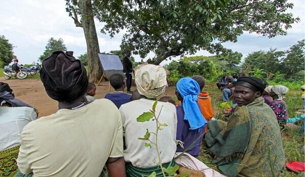 Ugandalaiset viljelijät saavat koulutusta Valkoisen-Niilin projektin tiimoilta.