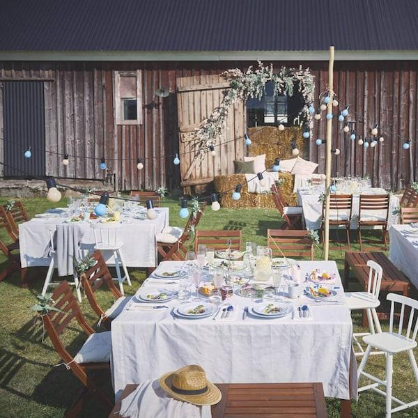 Ulkojuhlissa pöydät katetaan GULLMAJ-pöytäliinoilla, UPPLAGA-lautasilla, DYRGRIP-lasilla ja UPHHÖJD-ruokailuvälineillä.