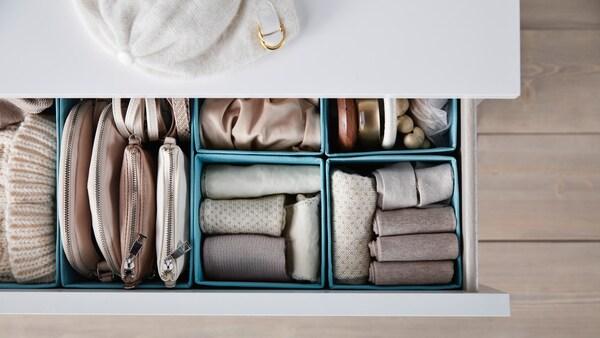 Úložné krabice v zásuvce.