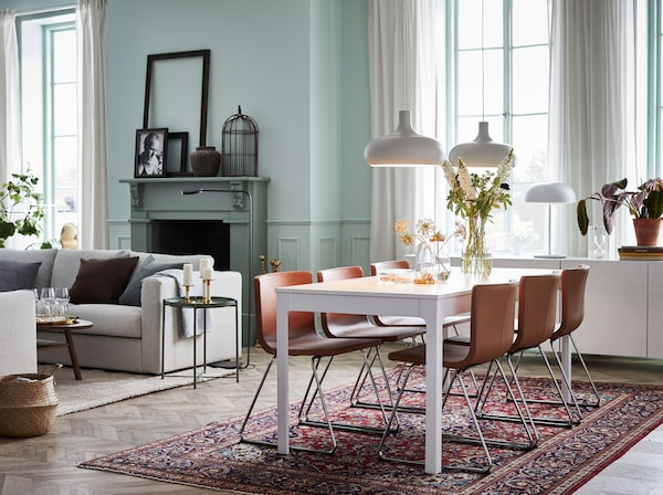 Um ambiente de luxo, a um preço acessível. A mesa extensível EKEDALEN branca e as cadeiras BERNHARD castanhas em pele fazem uma combinação moderna.