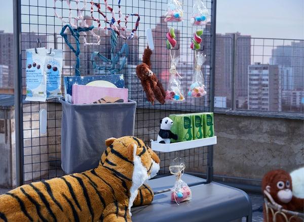Um bar improvisado com snacks e bebidas, colocado num terraço durante o dia e guardado por um tigre feroz.