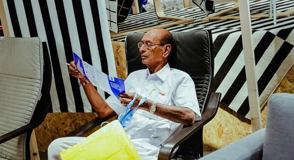 Um cliente indiano testa produtos na primeira loja IKEA na Índia.