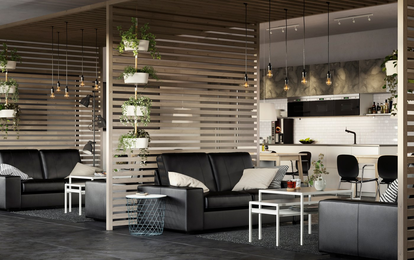 Um espaço de escritório amplo e arejado, com sofás KIVIK de pele em preto e divisórias em ripas de madeira.