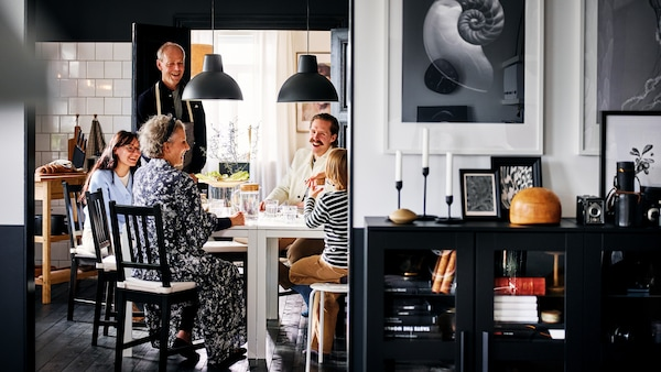 Uma história sobre uma casa de uma família multigeracional que adora reunir-se à mesa.