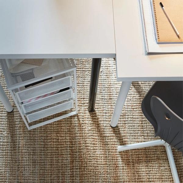 Uma mesa LINNMON personalizada com pernas ADIL branco/preto, um bloco de gavetas e uma cadeira de secretária em cinzento.