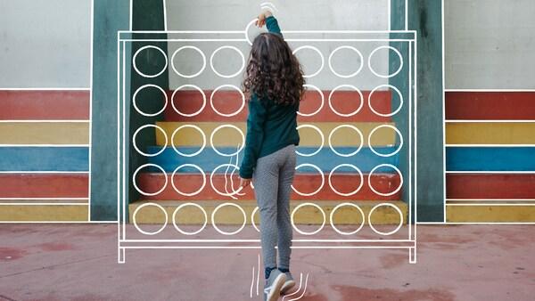 Uma rapariga a jogar um jogo imaginário num recreio.