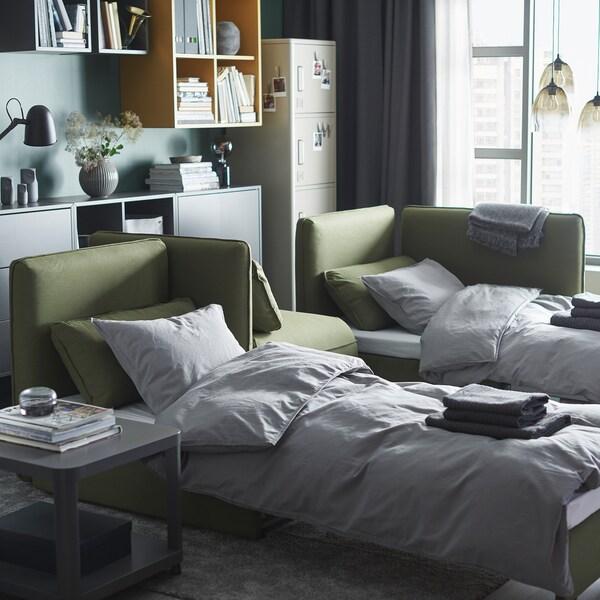 Uma sala com dois sofás-cama VALLENTUNA a servir de camas.