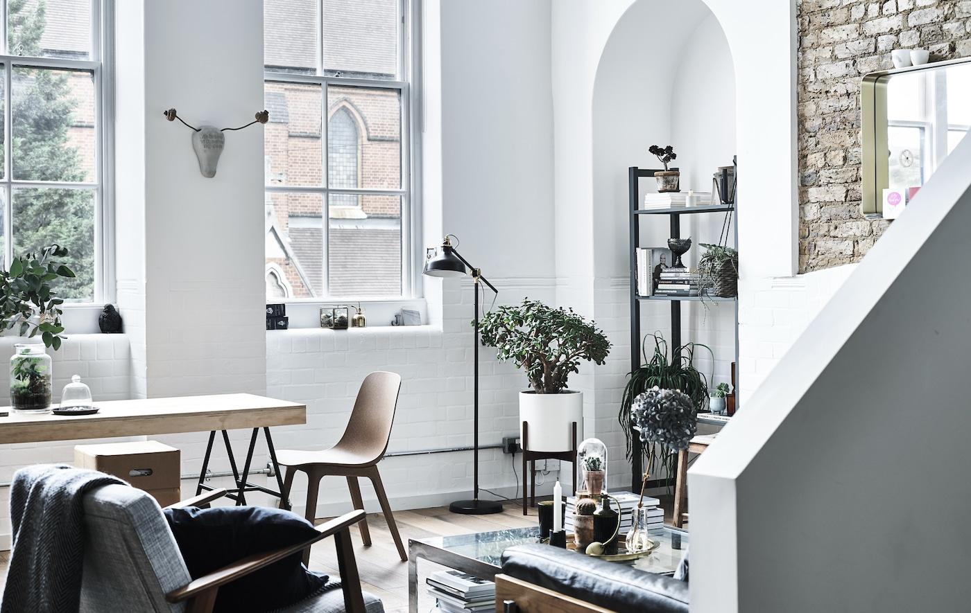 Uma sala e espaço de refeição com paredes brancas