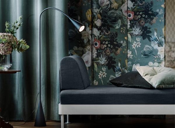 Uma secção do sofá DELAKTIG e candeeiro de leitura amovível