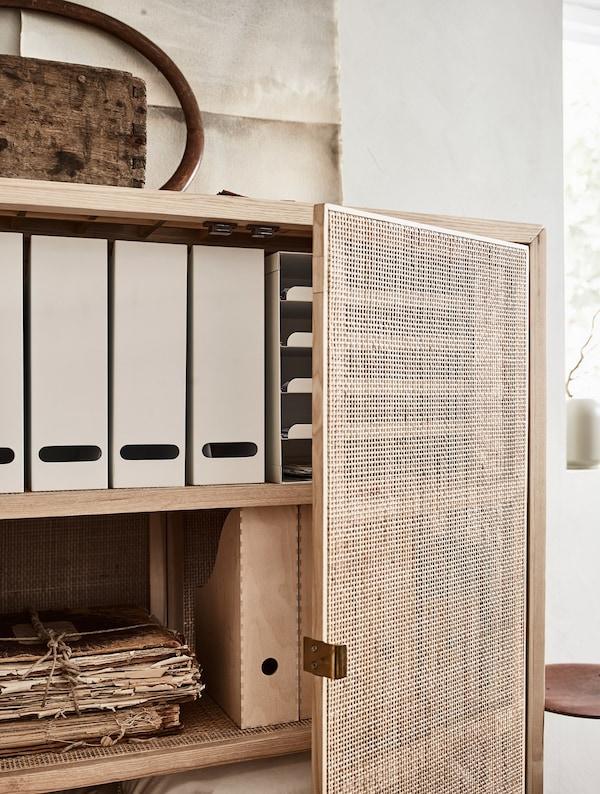 Un armario con revisteros, documentos y ropa de cama.