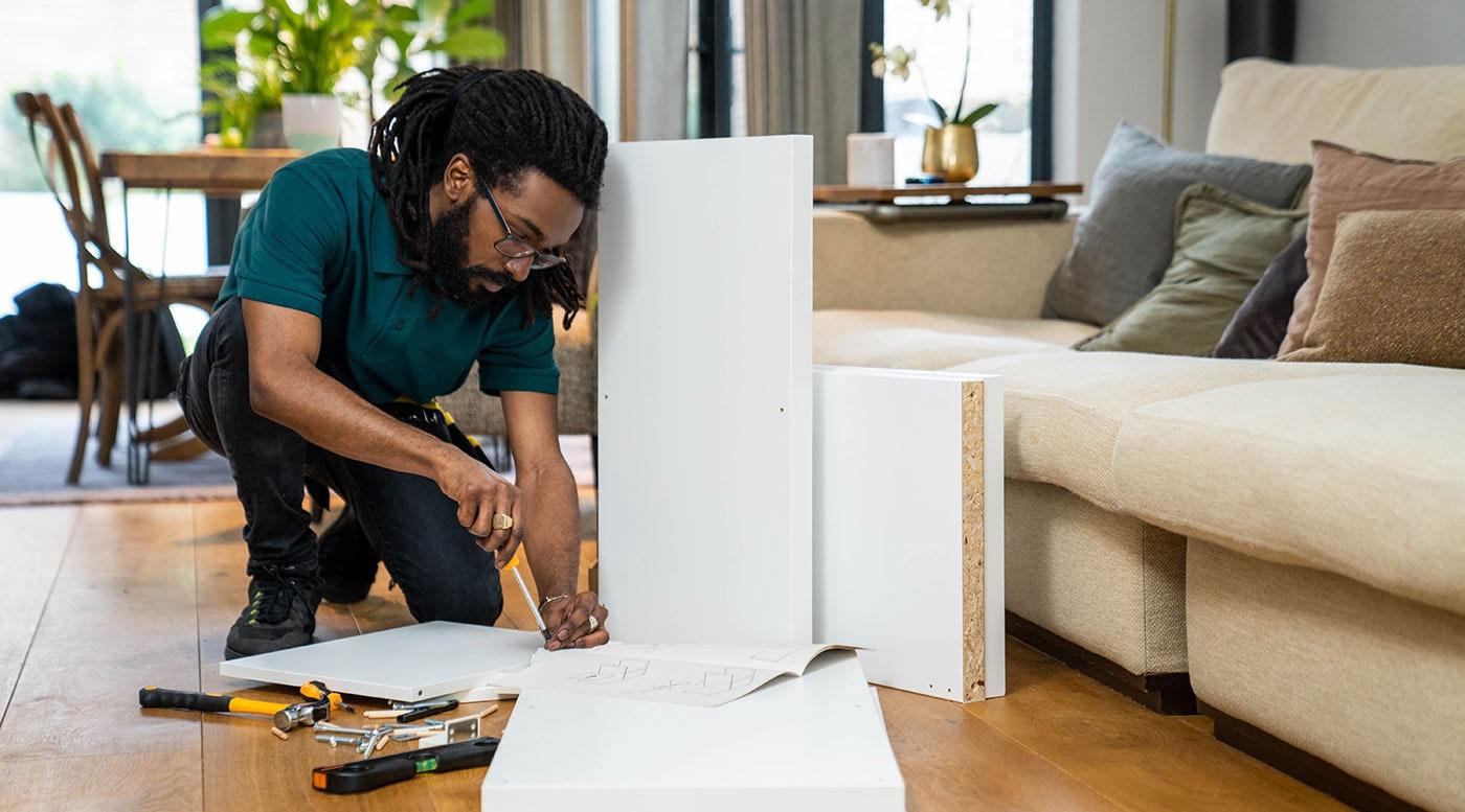 Un bricoleur TaskRabbit assemble un meuble IKEA.
