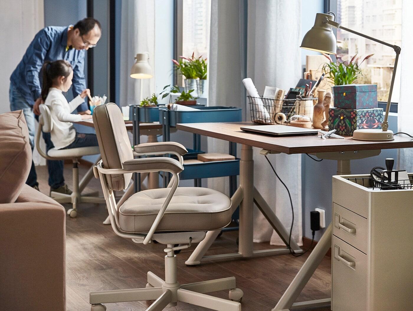 Un bureau et ses accessoires: une machine à écrire, une étagère et deux lampes de travail