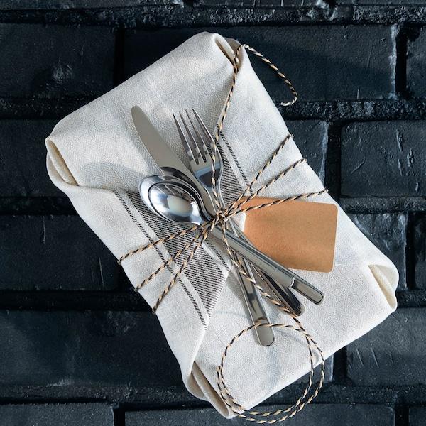Un cadeau emballé dans une nappe en lin