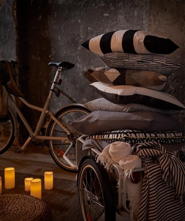 Un carrellino per bicicletta SLADDA è l'ideale per trasportare tutto ciò che serve per la festa - IKEA