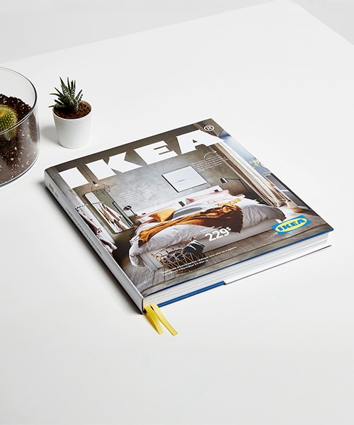 Un catalogue IKEA 2021 à couverture rigide.