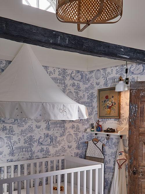 Un ciel de lit RÖDHAKE est fixé au mur au-dessus d'un lit enfant SUNDVIK blanc dans une chambre d'enfant de style «shabby chic».