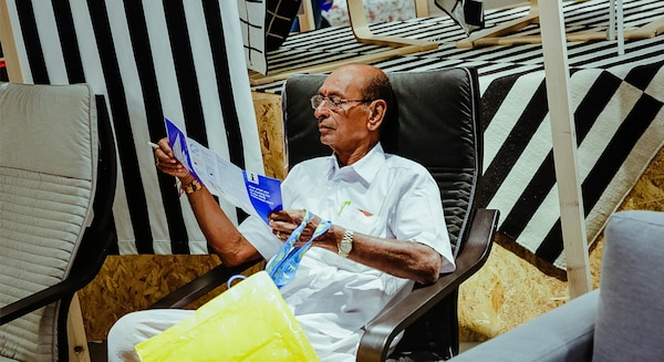 Un client nou bucurându-se de testarea produselor noastre la primul magazin IKEA din India.