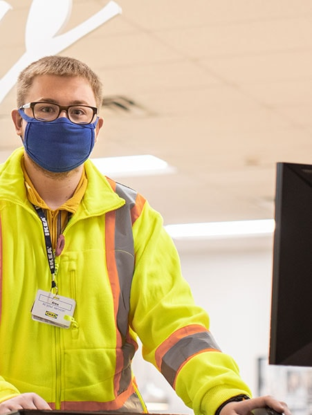 Un client qui se fait aider chez IKEA