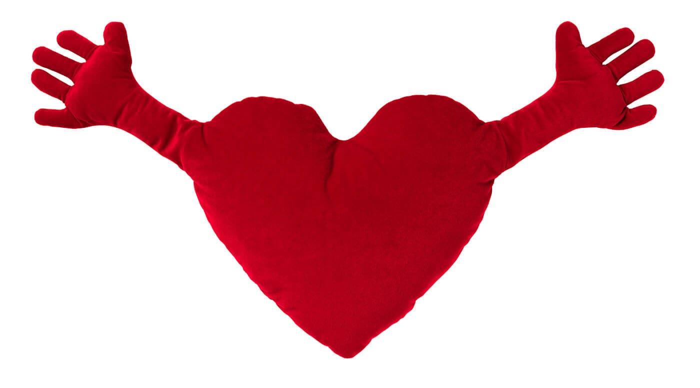 un coeur rouge en peluche avec des mains