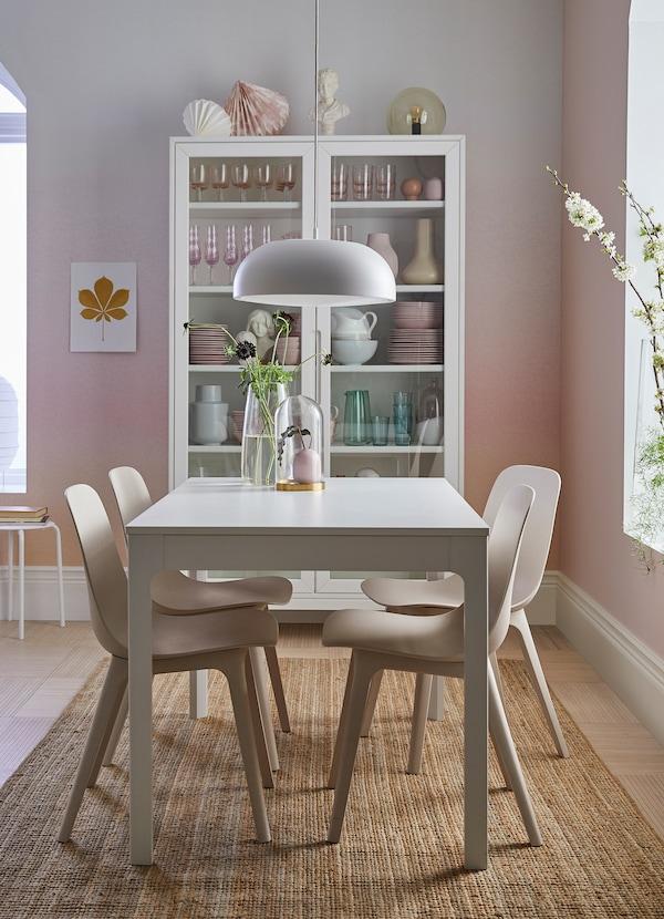 Un coin repas rose et blanc avec la table EKEDALEN en blanc et chaises ODGER en blanc et beige.