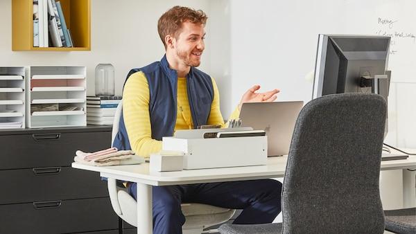 Un collaborateur d'IKEA donne des conseils en ligne depuis son bureau.