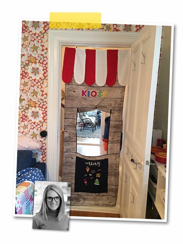 Un collage de deux images: un rideau de jeu créant un décor de kiosque accroché entre deux montants de porte et la photo d'une collaboratrice IKEA.