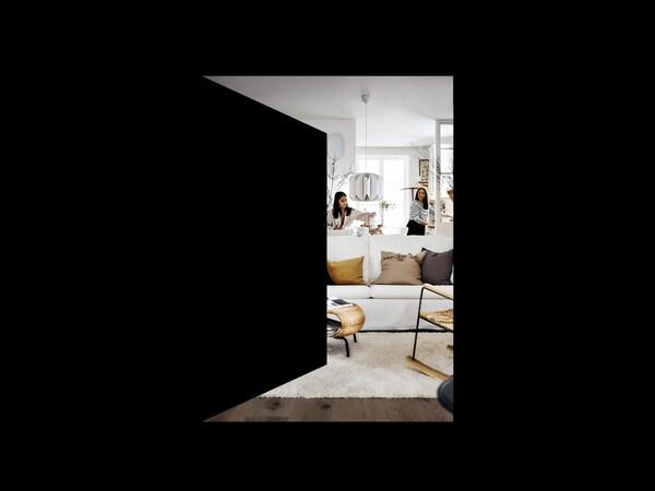 Un coup d'oeil à travers d'une illustration d'une porte ouverte, dans un salon invitant en couleurs neutres, où deux femmes sont en train de décorer.