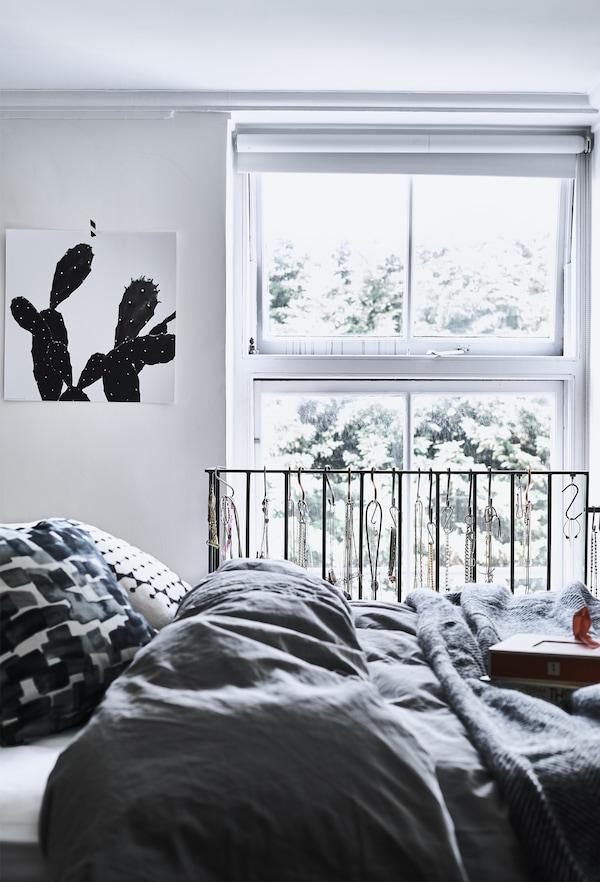 Un dormitor monocrom.