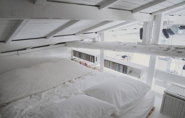 Un dormitorio en loft completamente blanco en una casita blanca de Tokyo.