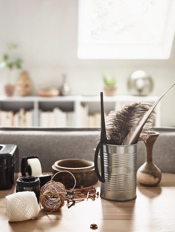 Un escritorio con un ovillo de cuerda y cinta adhesiva.
