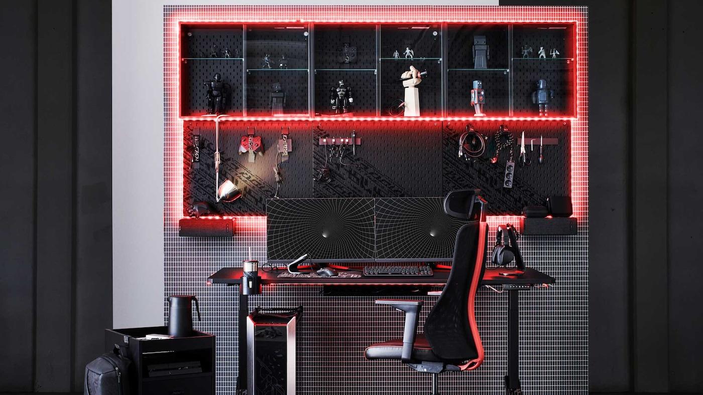 Un espace gaming complet dans un cube en noir et blanc conjuguant éléments réels et virtuels en grille filaire.