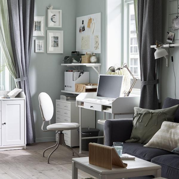 Un espace polyvalent avec un bureau et un canapé.