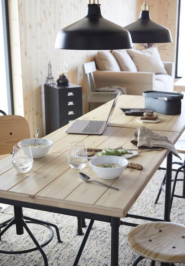 Un espacio adaptado para el teletrabajo con una mesa de comedor con doble función - IKEA