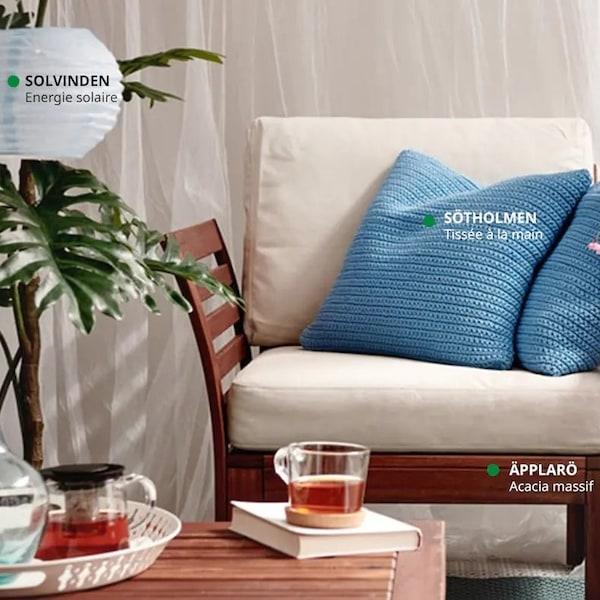 un fauteuil de jardin et une table de jardin en bois brun foncé